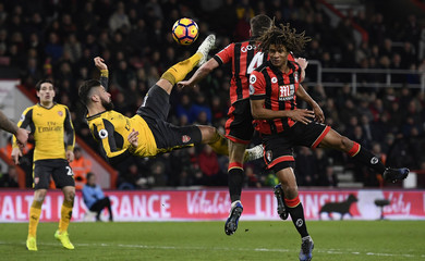 Arsenal's Alexis Sanchez in action with Bournemouth's Dan Gosling and Nathan Ake