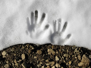 Relieve de huella de mano infantil encima de la nieve