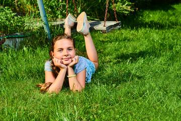 KInd im Garten, Schaukel