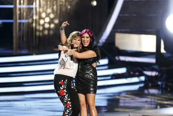 Jennifer Nettles and Jessica Meuse perform during the American Idol XIII 2014 Finale in Los Angeles