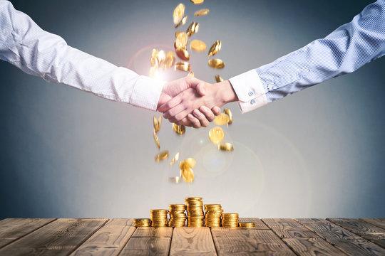 お金の山,ビジネスマンの握手