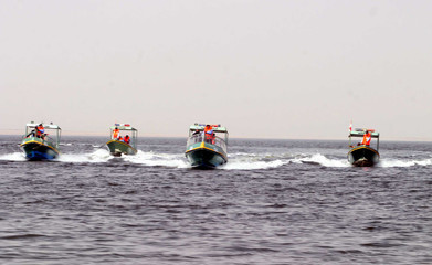 River patrol units take part in exercises in Razzaza Lake, southwest of Baghdad