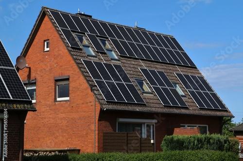 solaranlage auf dem dach von einem haus zur erzeugung von kostrom photo libre de droits sur. Black Bedroom Furniture Sets. Home Design Ideas