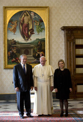 Pope Francis poses with Israeli Prime Minister Netanyahu and his wife Sara Ben-Artzi during a private audience at the Vatican