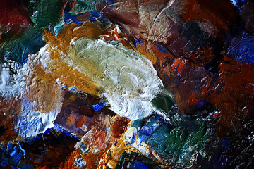 The artist paints a portrait of oil