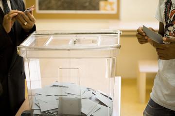 urne électorale remplie d' enveloppes
