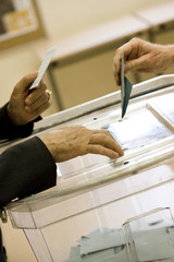 urne électorale avec des enveloppes