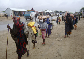 Displaced people flee Badbado settlement in Mogadishu