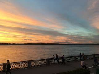 Tuinposter Pier Красивый огненный оранжевый багровый закат на реке Волга