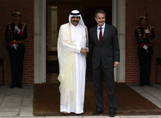 Spanish PM Rodriguez Zapatero shakes hands with Qatar's Emir Sheikh Hamad bin Khalifa al-Thani as he arrives for a meeting at the Moncloa palace in Madrid