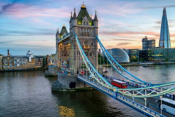 Photo sur Aluminium Londres bus rouge Tower Bridge at evening dusk