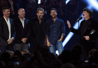 Nickelback announces Cummings is this year's Canadian Music Hall of Fame inductee at the 2016 Juno Awards in Calgary