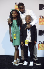 Kevin Hart and his children pose backstage during the 2015 MTV Movie Awards in Los Angeles