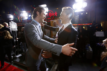 """Cast members Hemsworth and Hiddleston greet each other at the premiere of """"Thor: The Dark World"""" in Hollywood"""