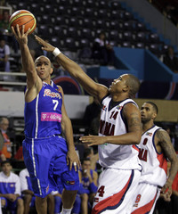 Puerto Rico's Arroyo goes to the basket under the pressure of Panama's Lloreda during the FIBA Americas Championship in Mar del Plata