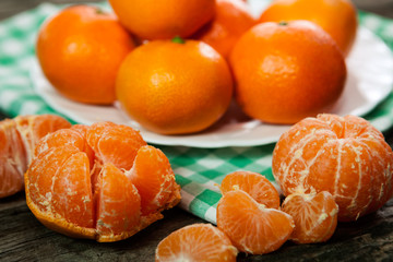 Tasty peeled and unpeeled clementines