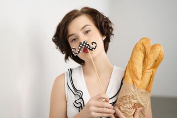 frau mit baguettes macht einen kussmund