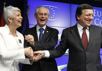 EU leaders and Croatia's PM Kosor shake hands at the end of a news conference in Brussels