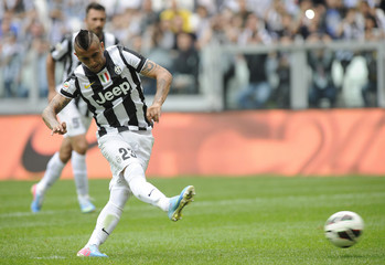 Juventus' Vidal scores a penalty against Palermo during their Italian Serie A soccer match at the Juventus stadium in Turin