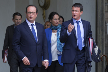 French President Francois Hollande speaks with Prime Minister Manuel Valls following the weekly cabinet meeting after a government reshuffle at the Elysee Palace in Paris