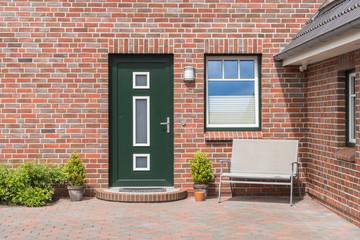 Grüne Haustür eines Hauses