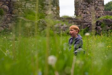 Junge bub bei der Burgruinen