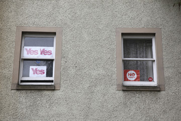 'Yes' and 'No' campaign posters are seen in the windows of apartments in the centre of Edinburgh