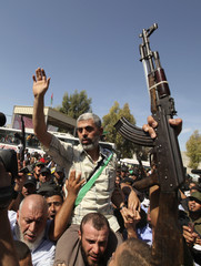 Hamas leader Yehya Al- Senwar gestures as he arrives with Palestinian prisoners at the Rafah crossing with Egypt in the southern Gaza Strip