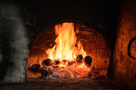 Огонь в русской печи внутри деревенского дома