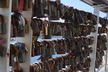Zelfklevend Fotobehang Brandhout textuur Locks of Love at Tigne Point, Sliema. Malta