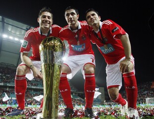 Benfica's Garcia, Cardozo and Saviola pose with their trophy after winning the Portuguese League Cup final against Porto in Faro
