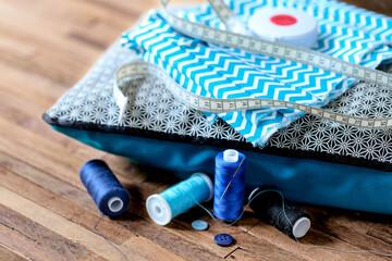couture thème bleu sur fond bois 4