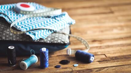 couture thème bleu sur fond bois 3