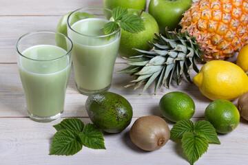 Полезный напиток из свежих выжатых фруктов