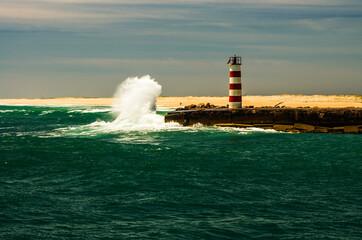 Mała latarnia morska w obliczu wielkiej fali.