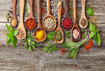 In de dag Kruiden Herbs and spices on a wooden background