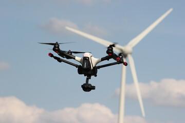 Inspektion einer Windkraftanlage per Drohne - Kopter untersucht Windrad