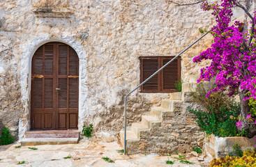 Haus Mediterran Holz Tür Fenster und Treppe mit Bougainvillea