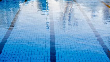 Dettaglio di una piscina olimpica in un centro sportivo all'aperto. Questa è solitamene adibita alla pratica del nuoto o di altre attività e sport acquatici