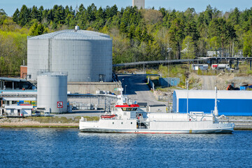 LNG tanker in front of an gas storage terminal