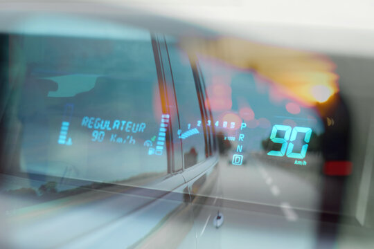 vitesse limite limitation rouler voiture quatre vingt dix kilomètre heure respecter radar route national départemental régulateur contrôle tableau de bord indication signalétique électronique