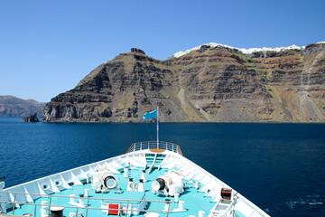 Bug eines Kreuzfahrtschiffes mit beeindruckender Kulisse der Insel Santorin und Ort Imerovigli