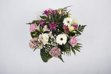Obraz Bukiet kwiatów na białym tle. Biało różowy bukiet kwiatów na białym tle - fototapety do salonu