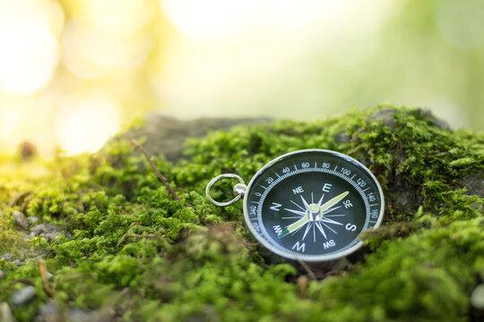 Kompass liegend am Boden