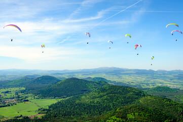 Parapentes en haut du Puy-de-Dôme