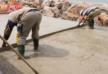 ouvrier coulant le béton
