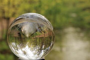 Bach im Wald im Blick durch die Glaskugel