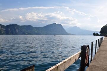 Blick auf den Vierwaldstättersee von der Hafenanlage von Gersau aus. Im Hintergrund der Berg Brünig nähe Luzern, Schweiz