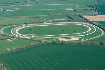 Vue aérienne d'un hippodrome d'entraînement près d'Aïnou-sur-Orne en France