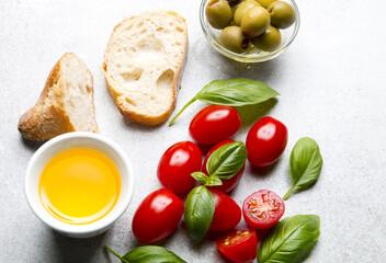 Świeża bagietka z oliwą z oliwek i pomidorami